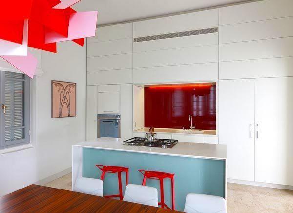 petite cuisine moderne rouge