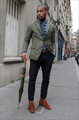 Comprar ropa de este look:  https://lookastic.es/moda-hombre/looks/blazer-camisa-de-manga-larga-pantalon-chino-botas-safari-corbata-panuelo-de-bolsillo-correa/5090  — Botas Safari de Ante Tabaco  — Pantalón Chino Negro  — Blazer Acolchado Verde Oliva  — Corbata Azul Marino  — Pañuelo de Bolsillo Azul  — Camisa de Manga Larga de Tartán Azul Marino  — Correa de Cuero Marrón
