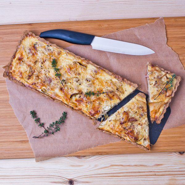 Wytrawna tarta, zwana też quiche, to świetny pomysł na obiad, przekąskę albo jako danie na piknik. Doskonale smakuje na ciepło, można ją również serwować na zimno. Bazą tarty jest kruche ciasto, a pozostałe składniki możemy komponować według naszego gustu. W tej wariacji głównym składnikiem jest tuńczyk, danie przypadnie więc do gustu wielbicielom ryb, choć nie tylko - tarta jest pyszna i zadowoli niejedno podniebienie!