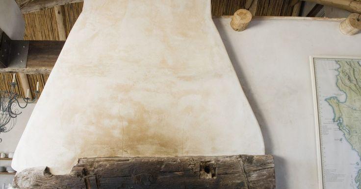 Cómo hacer que vigas de techo pintadas parezcan de madera. Aprovecha las vigas del techo en tu habitación convirtiéndolas en un punto focal. Haz que tus vigas pintadas parezcan de madera usando una técnica de terminación falsa. Las vigas de madera pueden agregar calidez a una habitación y acentuar las características arquitectónicas de la habitación. Una herramienta de grano de madera te permite pintar un ...