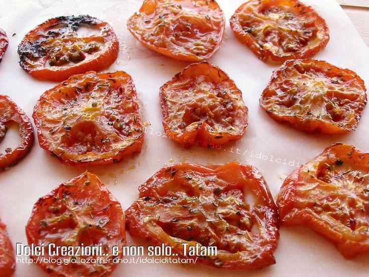 Pomodori arrostiti al forno: golose fette di pomodoro, servite come contorno o antipasto, condite e cotte in forno, pur rimanendo morbide e croccanti ma..