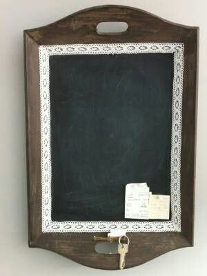 Oude houten dienblad geschilderd met schoolbordverf
