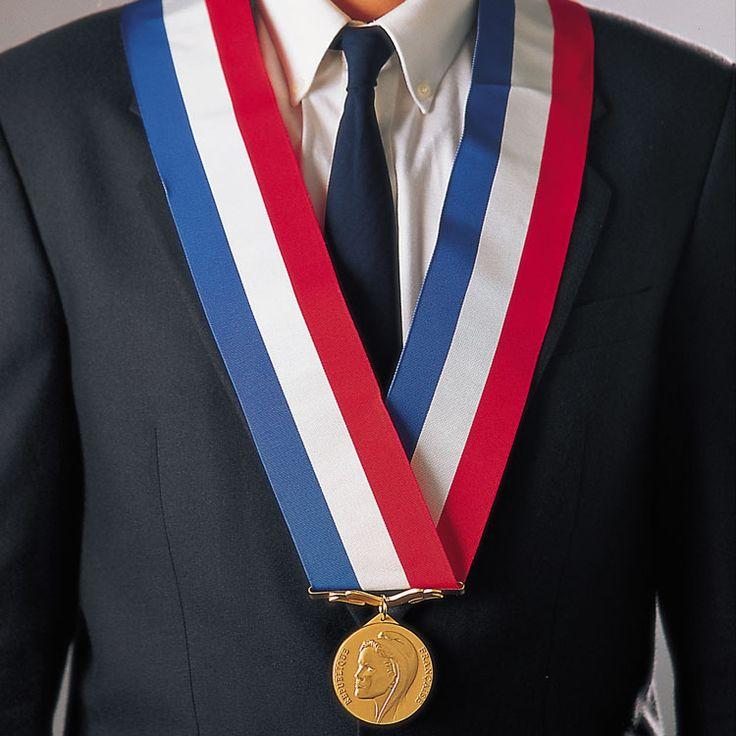 DESCRIPTION Echarpe de maire tricolore en tissu Ottoman d'aspect mat, munie de glands dorés (pour le maire) ou argentés (pour les adjoints au maire) et d'un coulant tricolore pour ajuster sa longueur.  Echarpe de maire disponible en deux longueurs :  une écharpe de 1.80 m, pour une personne mesurant moins de 1.70 m. une écharpe de 2 m,pour une personne mesurant plus de 1.70 m.  #Drapeauxpersonnalisés #panneau d'affichage #beachflags #drapeaufrançais