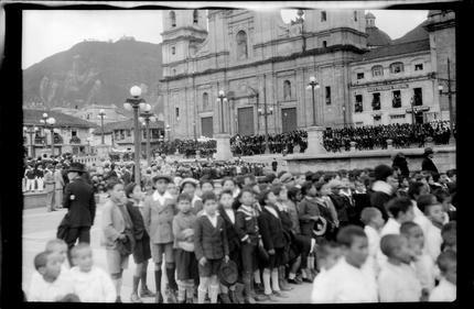 Grupo de niños reunidos en la Plaza de Bolívar (Bogotá, Colombia ...