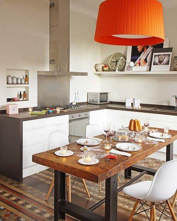 Достаточно грубый индустриального стиля стол хорошо сочетается с традиционного для средиземноморского стиля ковром из кафеля. .