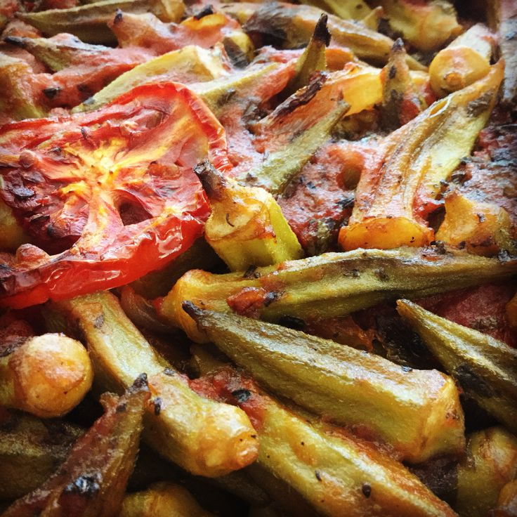 Okra in the oven with fresh tomatoes and parsley