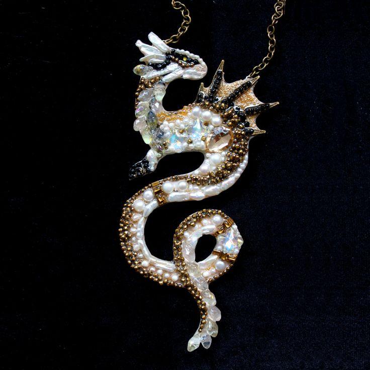 Белый дракон - колье ручной работы из камней, жемчуга и бисера. White Dragon…
