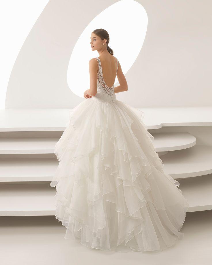 Vestido de novia estilo princesa de encaje pedrería y organza royal con escote V con volantes. Colección 2018 Rosa Clará.