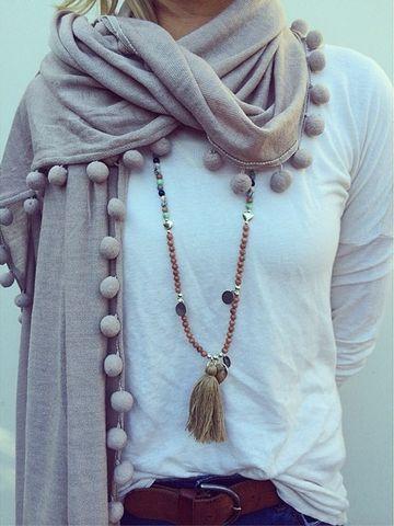 Bufanda con borlas y collar hecho a mano