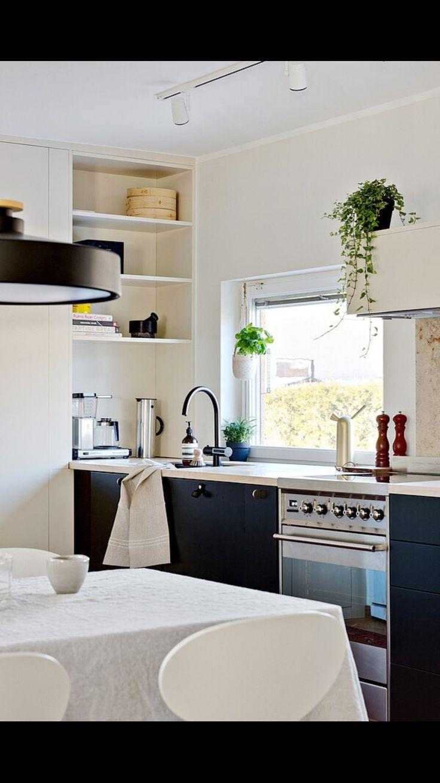 Köket är byggt med Ikea stomme. Köksluckor och skåp är lackerade hos Picky living. Högskåp och hyllor i ljus beige färg. Bakom spis sitter två golvplattor i kalksten som stänkskydd.