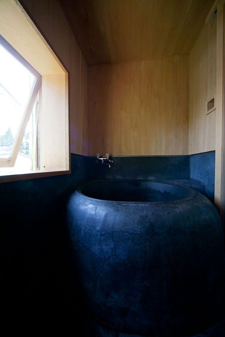 鋳物の五右衛門風呂。沸かした湯はなかなか冷めない。春夏は朝風呂も楽しむ。
