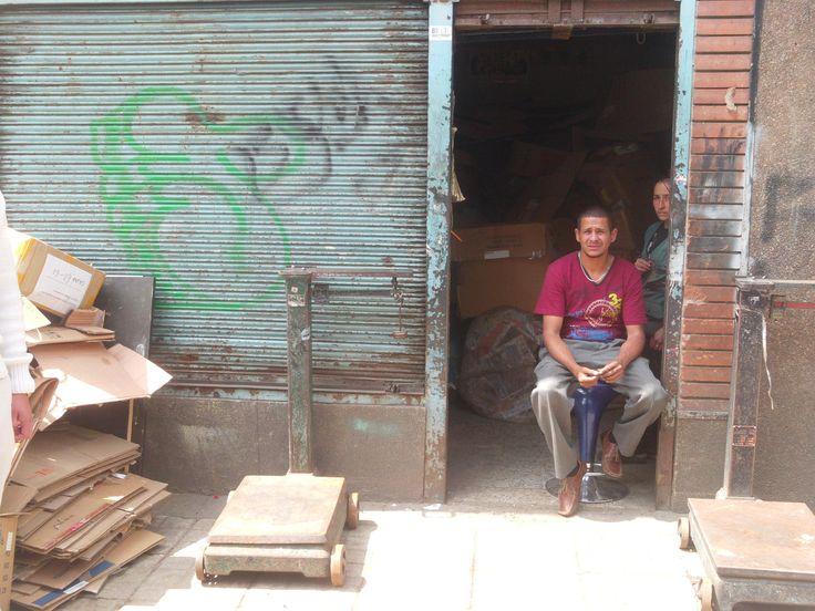 Los bodegueros dicen que luego de depositar en la bodega los materiales recuperados, los recicladores se dirigen al Bronx para pasar la noche y consumir bazuco, pegante o fumar un bareto (cigarro de marihuana).