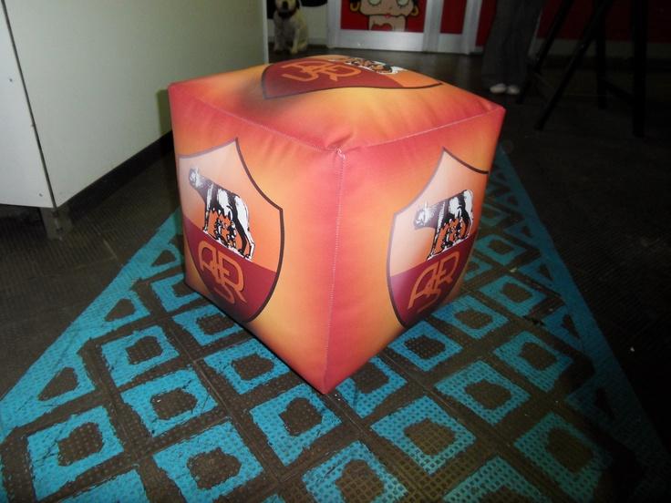 Pouf cubo Roma realizzato in sky (finta pelle) personalizzati con logo squadra stampato in quadricromia. Dimensioni 43x43x43 cm. Stampa digitale.  www.guidoborgonovo.it