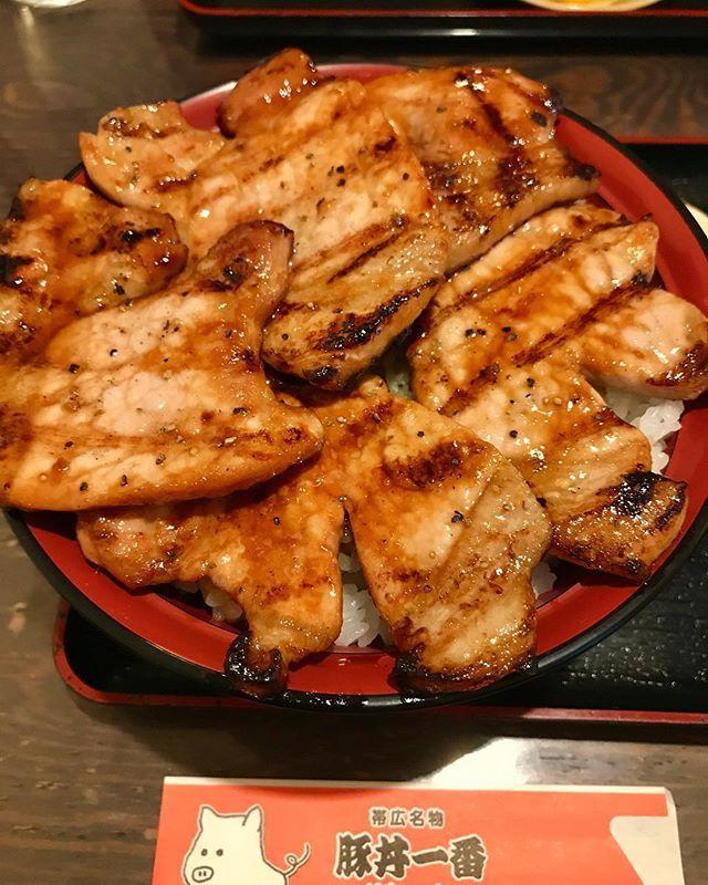 帯広 ぶたいち本店 特上ロース豚丼 . 帯広なら豚丼はやっぱり外せない! 今回はレンタカーもあったので駅から少し離れたぶたいちさんへ。 こちらは特上ロース豚丼!やっぱり豚丼は脂身と赤身のバランスがいいロースがいちばん美味しい😊 炭火焼きで香ばしいのはもちろんのこと、お肉は肉厚で柔らかくタレの味も甘すぎず丁度良くて、色んな所で食べてきたけど豚丼はぶたいちさんがいちばん好きだなぁ~。 店員さんの愛想もばっちりでした✨ . . . . . . #ぶたいち #豚丼 #豚肉 #帯広豚丼 #豚 #夜ご飯 #夜ごはん #夕食 #ごはん #ディナー #豚肉ラバー  #豚肉好き  #がっつり #肉スタグラム  #肉 #食べ歩き  #帯広 #帯広グルメ  #北海道 #美味しい #おいしい  #butadon  #butahage #lunch  #hokkaido  #obihiro #🐖 #🐷