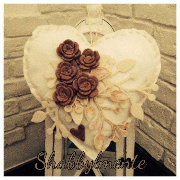 Cuore cucito a mano e imbottito decorato con fiori in feltro