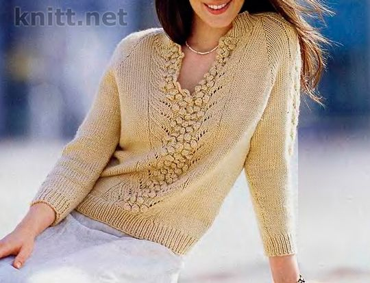 Пуловер с центральным узором - интересная модель так как центральный узор на уровне груди разделяется и образует шлицу, а шишечки служат пуговицами.