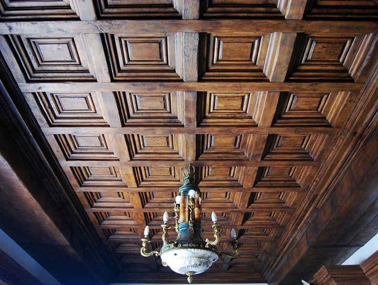 Controsoffitto a quadroni in stile cinquecentesco, realizzato in pioppo antico di prima patina finito a cera d'api sui toni del color noce.