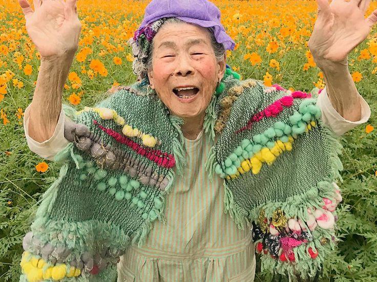 #1000weave#tgcemk#grandma#94yearsold#weaving#yarn#fur#saoriweaving#handmade#colorful#knit#wool#smile#model#おばあちゃん#94歳#織物#糸#ハンドメイド#オーダー#カラフル#ニット#羊毛#糸#cosmos#flowers #黄花コスモス#コスモス畑#花