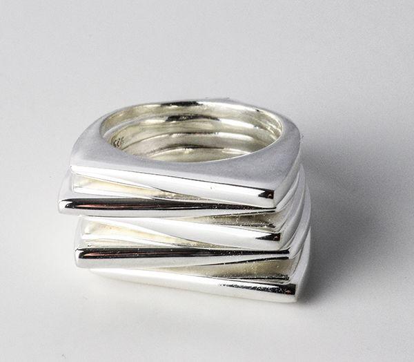 Strakke ring van meerdere op elkaar gestapelde ringen die ten opzichte van elkaar verschoven kunnen worden. Deze worden aan de onderkant bijeen gehouden.  GRATIS VERZENDING.