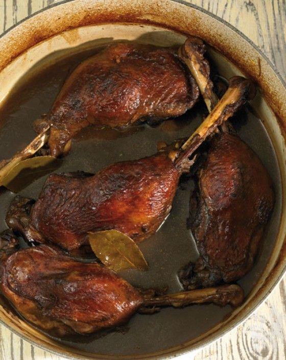 In Rotwein geschmorte Gänsekeulen mit Loorbeer und Thymian. Ein Klassiker unter den Hauptgängen zu Weihnachten.