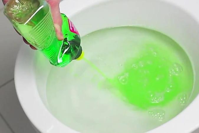 Ein Handwerker schüttet Spülmittel ins WC. Was das bewirkt, ist echt genial!