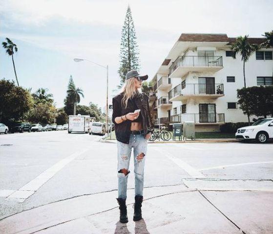 Lina Tesch wearing REPLAY Pilar bleached Jeans.  Check out the Jeans here:  https://www.zalando.de/damen/?q=pilar+bleached+jeans&qf=1 #replay #replaygermany #denim #replayjeans #linatesh