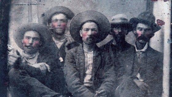 Billy the Kid e Pat Garrett insieme: la foto trovata al mercatino vale 10 milioni Pat Garrett, lo sceriffo, tutto a destra. Billy the Kid, il secondo a sinistra (dietro). Foto Frank Abrams
