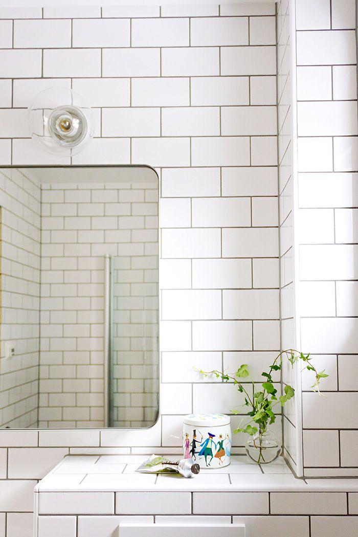 Litet badrum hemma hos familjen i Göteborg. Ett underbart bevis på att små badrum kan göras luftiga och praktiska!