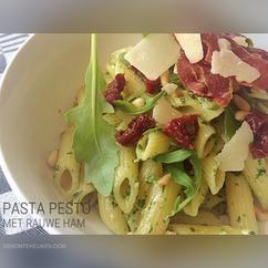 Pasta pesto met rauwe ham. Als je op deze lekkere zomerdagen geen zin hebt om lang in de keuken te staan of om weer de bbq aan te steken, maar wel lekker en vooral makkelijk wil eten. (pasta, penne, spaghetti, rucola, pesto, zongedroogde tomaat, rauwe ham, Parmaham, Parmezaanse kaas, Italiaans, koken, recept, makkelijk, simpel)