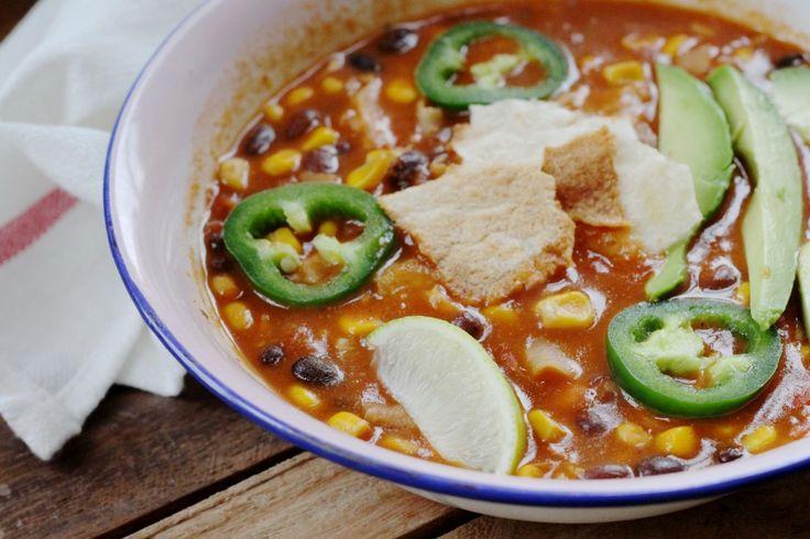 Tortillasoep : een vegan recept. We laten je zien hoe je een makkelijke en gezonde Mexicaanse tortillasoep maakt.