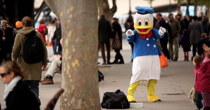 Como fazer uma fantasia de Pato Donald. O Pato Donald Fauntleroy fez sua primeira aparição em 9 de junho de 1934. Os fãs da Disney gostaram tanto do personagem que, nos anos 40, o Pato Donald apareceu em mais desenhos que o Mickey Mouse. O amável pato continua sendo um dos personagens favoritos, e pequenas crianças gostam de se vestir como ele para festas à fantasia e Dia das Bruxas.