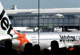 """30-Jul-2014 12:14 - """"SPOEL DRUGS WEG VOOR LANDING!"""". """"We hebben te horen gekregen dat er drugshonden en politie in de terminal staan te wachten. Als u iets heeft wat u niet mag hebben, kunt u dit beter nu door het toilet spoelen."""" Deze boodschap kregen de passagiers van een vliegtuig vlak voor de landing op het vliegveld van Sydney van een bemanningslid te horen. Dat meldt de Australische krant The Daily Telegraph. De vliegtuigmaatschappij, Jetstar, heeft na de vlucht excuses..."""