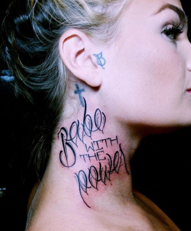 Tattoo Schrift Frauen Hals Spruch