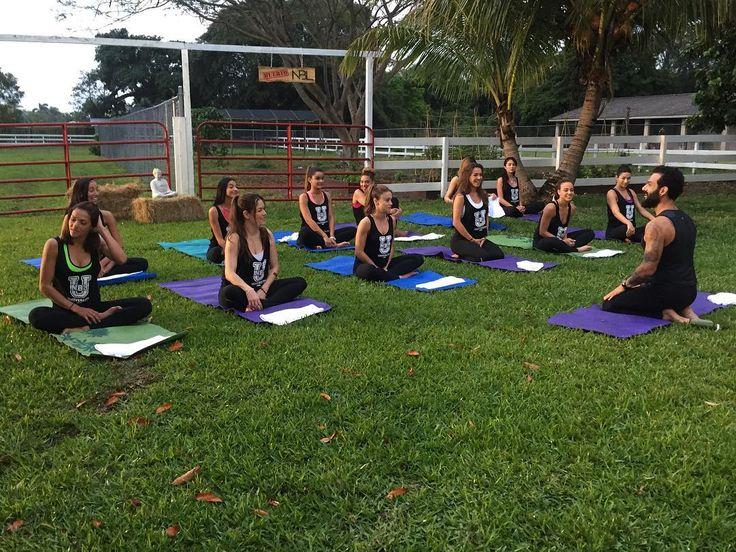 Goooood morning! Yoga para aliviar un poco el estrés de la competencia. #NBLVIP by nuestrabellezalatina