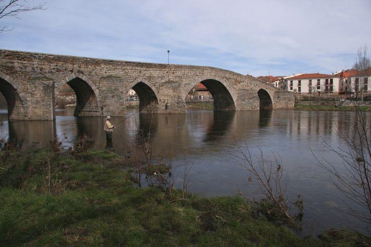 El Puente Románico del Barco de Ávila. Es comúnmente llamado 'puente viejo'. No se sabe bien la época en la que se construyó el primer puente alzado en este lugar por los romanos, necesario para el tránsito de las calzadas. Pero es seguro que debido a tantas guerras y ataques sufridos tuvo que ser reconstruido en el siglo XII, adoptando así su actual estilo románico.