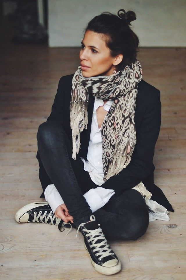 Agencer une chemise blanche, des jeans foncés, une veste foncée et mes Converse *avec un foulard* *un chignon haut*