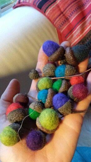 Eikels van vilt. Hand felted acorns. Rol van wol en zeepsop bolletjes tussen je handen. Zoek in het bos lege eikeldopjes. Lijm het bolletje in het dopje en voila!