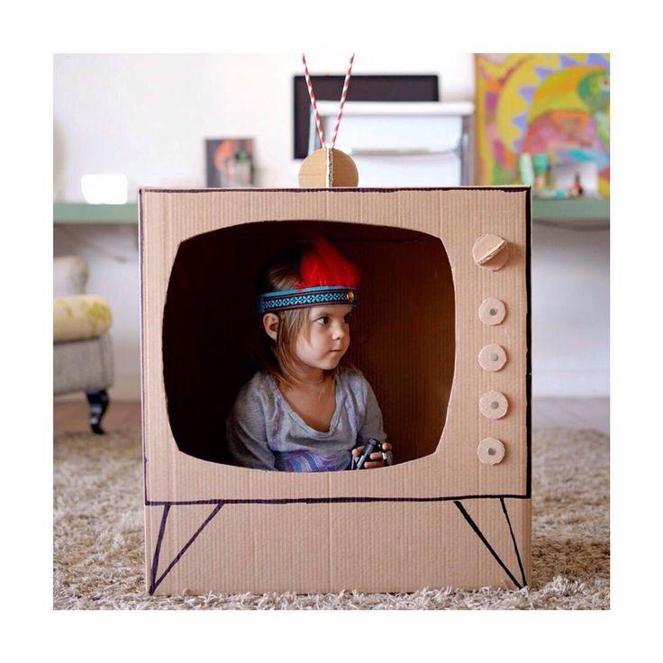 Não sabe o que fazer com aquela caixa de papelão? Reutilize para brincar com as crianças! Olhem essa ideia de televisão de mentirinha!