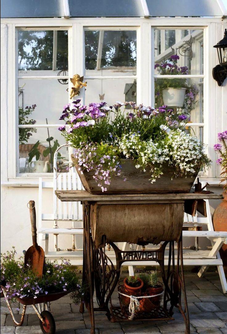 Alte Nähmaschine dient zur Gartendekoration.