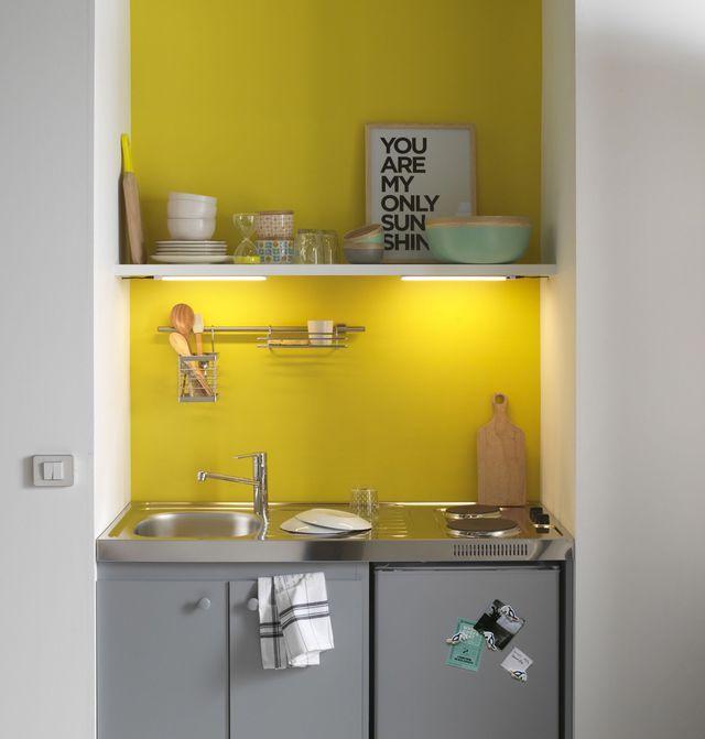 J'invite un mur de couleur dans ma micro-cuisine.