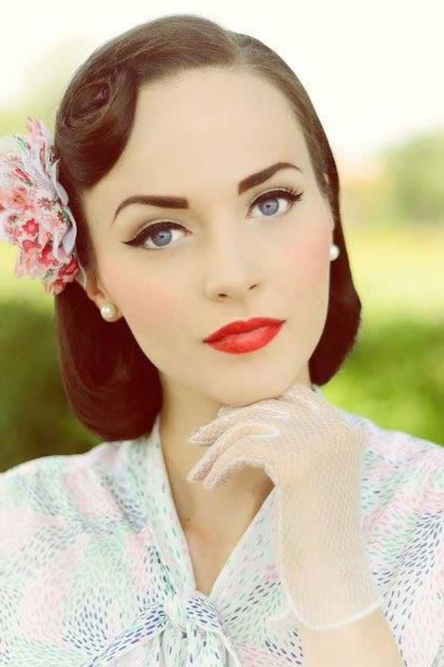 50's makeup… red lips, cat eye, rosy cheeks, arched brows. Looks amazing. I could never pull it off.