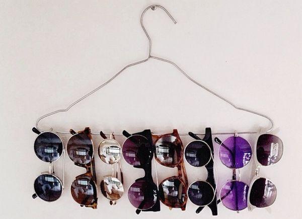 Por ser feito com um material maleável, os cabides podem ser transformados em diversas outras coisas. Podemos dobra-los com a ajuda de um alicate, ou até mesmo com as próprias mãos, e atribuir outras funcionalidades incríveis. | 6. Organizar. Pendure outras coisas além de roupas, como lenços, óculos, sapatos e jóias.