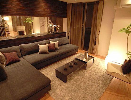 リビングルームコーディネート|ソファの横と後ろがミラー! 広いお部屋が もっと広く見えちゃいます。 落ち着いた色のソファで 大人っぽく。