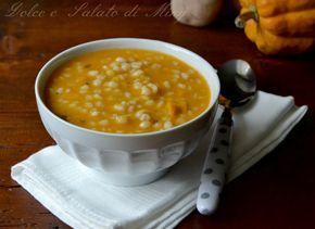 Zuppa d'orzo e zucca, una calda zuppa gustosa ma delicata e molto cremosa.
