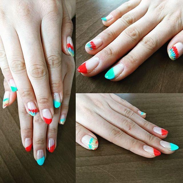 長女の長い爪💅  #ジェルネイル #セルフネイル #赤 #水色 #黄色 #斜めフレンチ #ピーコック #カラフル