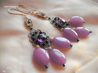 Cercei lucrati manual cu pietre mari de jad lila , ametist si elemente metalice cu cristale Swarovski lila . COD 548 Lungime cercei – 8 cm Tortite argintate 70 lei-vanduti