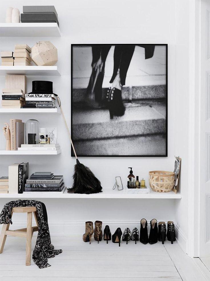 Прихожая: белые стены и потолки, выбеленный ламинат имитирующий дощатый пол, белые полки, черно-белое фото в качестве акцента