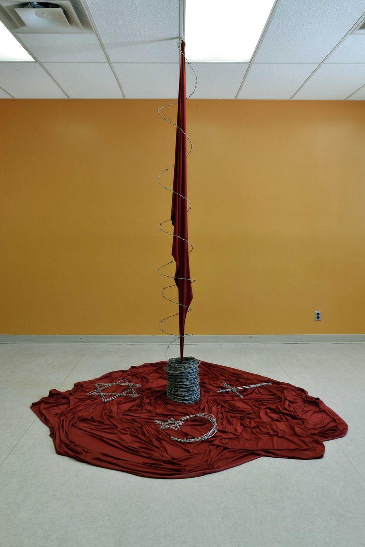 Pierre-Emmanuel Dru - Doctrines sanglantes (2014) Sculpture/installation, tissus et fil barbelé, diamètre 60 pouces x hauteur variable (72 – 108 pouces) - Prix : 800$