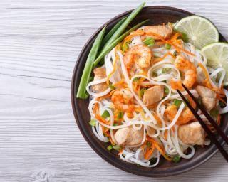 Nouilles aux légumes et crevettes au piment vert