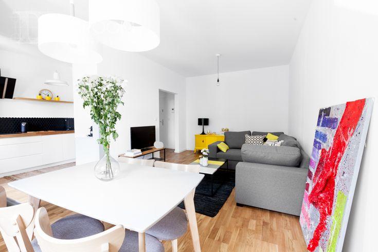 salon w kolorach żółci i szarości, otwarty na kuchnię, projekt Warszawa
